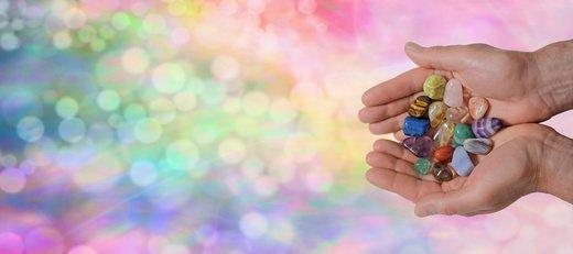pierres dans des mains