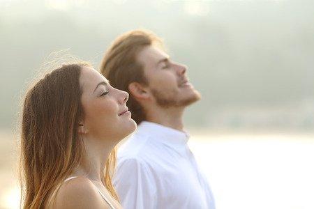 homme et femme qui médite