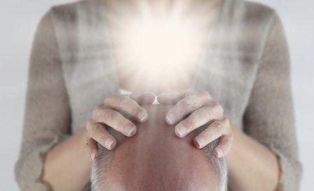 Mains avec lumière posée sur tête