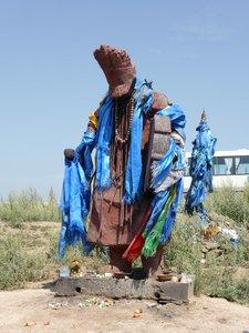 statue d'un chamane mongol et un ovoo