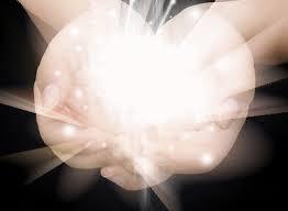 mains avec lumière