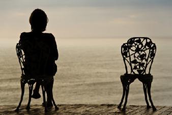 femme assise seule