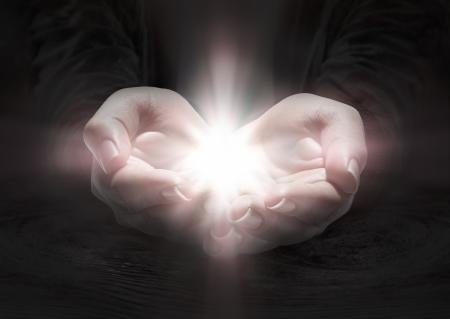 mains ouvertes avec lumière