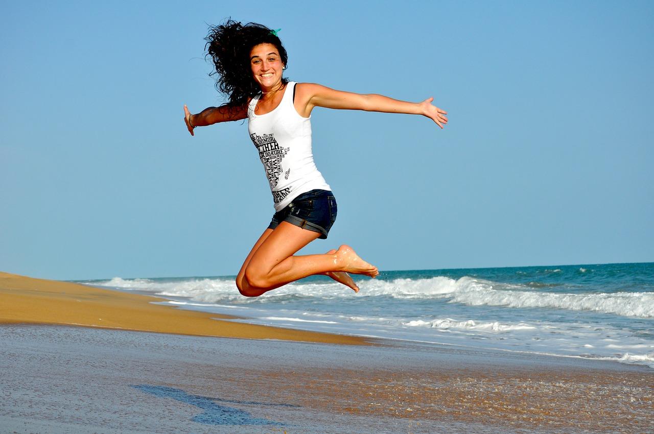 femme qui saute sur la plage