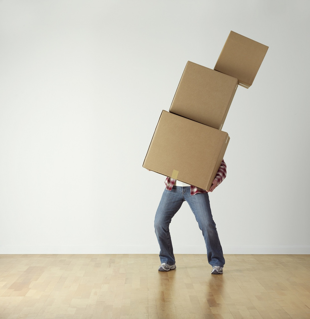 homme avec des cartons